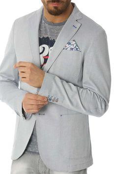 GIACCA MONOPETTO 2 BOTTONI Giacca monopetto a due bottoni in tessuto tintofilo elasticizzato, tasche a toppa e revers classico. Questa giacca è caratterizzata dai contrasti bluette nelle travette e nei bottoni, dalle spalle foderate con tessuto stampato a fiori, stesso tessuto anche nella pochette e nel sottocollo. Vestibilità: Slim fit Abbinabilità colori: blu, grigio, rosso, verde, bianco, denim, azzurro, avion, beige/tortora,nero. 55%LI 45%CO