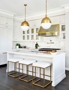 Complete with a La Cornue range, French oak flooring and brass accents, this kitchen with old world elegance is a fashionable gathering place. La Cornue, Kitchen Backsplash, Kitchen Countertops, Kitchen Pendants, Kitchen Sink, New Kitchen, Kitchen Decor, Kitchen Ideas, Layout Design
