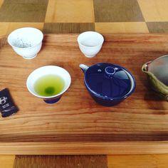 少量のお茶を少し濃いめに戴く 取っ手のない急須宝瓶(ほうひん)は熱いお湯には向かない ビターなチョコレートの芳醇な香りが口の中で広がった #かぶせ茶 #宝瓶 #急須 #種ノ箱