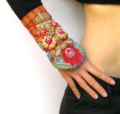 Manchettes/mitaines demi-saison - esprit russe/bohème/ethnique -motif fleurs… Creations, Slippers, Etsy, Cuffs, How To Wear, Designers, Style, Fashion, Arm Warmers