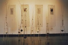 """jacqueline vares  totems y estandartes (1998)  de la instalación """"memorial de la compañia de los guajajara"""" (1995)"""