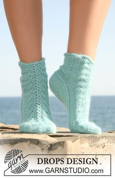 """Knitted DROPS socks in """"Alpaca"""" with lace pattern on upper foot. Size 35 to - Free pattern by DROPS Design Lace Socks, Knitted Slippers, Crochet Slippers, Knit Crochet, Knit Cowl, Crochet Granny, Hand Crochet, Knitting Patterns Free, Free Knitting"""