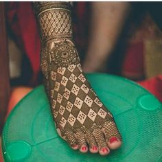 Find out the best bridal mehndi designs for foot and legs. Choose from the easy mehndi design images shown here with different patterns of floral, peacock, leaf-like. Dulhan Mehndi Designs, Mehandi Designs, Mehendi, New Bridal Mehndi Designs, Leg Mehndi, Legs Mehndi Design, Mehndi Design Images, Latest Mehndi Designs, Simple Mehndi Designs