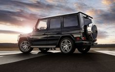 The new Mercedes-Benz G-Class presents itself in the top frame. Mercedes Benz Suv, Mercedes G Wagon, Mercedes Sports Car, New Mercedes, Range Rover, Best Suv, Bugatti Cars, Luxury Suv, Outdoor Survival