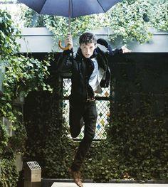 Even on the rainiest day (which it is here) #EddieRedmayne brings the sunshine. #fantasticbeasts #newtscamander #raindance