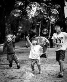 Me encantan estas imágenes que mirando la cara a sus protagonistas te cuentan una historia. Los pequeños está claro que quieren llevarse las pompas a su  habitación y el más mayor...... Una #conmiradademadre genial de @batirtzearrien destacada por @evixdealba