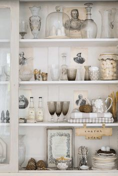 Shabby chic on Friday….Shabby in the kitchen Display Shelves, Shelving, Hutch Display, Open Shelves, Ideas Para Organizar, Decoration Bedroom, Floating, Cottage Style, Vignettes