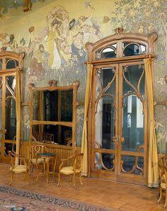 Hotel Villa Igiea, salón de estilo art nouveau Palermo, recientemente restaurado, paneles de madera y pinturas de Ettore Maria Bergler.
