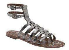 aunque los griegos andaban descalzos dentro de casa, únicamente las personas de clase baja iban también descalzas fuera del hogar. tanto como los hombres como las mujeres llevaban sandalias, que podían atarse de varias maneras