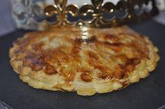 Pour deux petites galettes (4 parts)une pâte feuilletée maison ou du commerce6 pommes de taille moyenne1 à 2 cuillères à soupe de sucre en poudre1 jaune d'oeuf pour dorer1 peu de lait sucré Préparer la compote de pommes. Dans une casserole mettre 3 pommes...