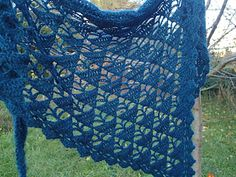 Herbstrauschen - Free crochet triangular shawl pattern by Cador. Simple lace pattern with triangles and leaves in English and German, charted only.