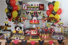 E o Theo comemorou o seu primeiro aninho ao lado do seu personagem favorito, o Mickey!!!