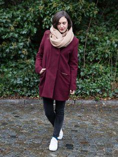 Hier treffen gleich zwei Trendfarben aufeinander. Zum marsala-farbenen Mantel mixen wir einen Camel-Schal. Tolles Outfit!