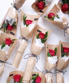 No photo description available. Single Flower Bouquet, Flower Bouquet Diy, Bouquet Wrap, Gift Bouquet, Boquette Flowers, How To Wrap Flowers, Paper Flowers, Valentines Flowers, Valentines Diy