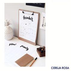 As pequenas coisas do cotidiano não precisam sem entediantes! Adicione um toque de estilo às tarefas e compromissos e tone mais prazerosa a experiência de ser uma mulher de negócios! A dica do dia é: calendários e planners personalizados! #CerejaRosa #Dica #DIY