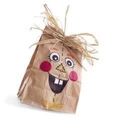 Halloween Goody Bag Ideas for Preschool Halloween Goodie Bags, Halloween Goodies, Halloween Party Decor, Halloween Treats, Fall Halloween, Halloween Scarecrow, Halloween Projects, Halloween Halloween, Fall Crafts
