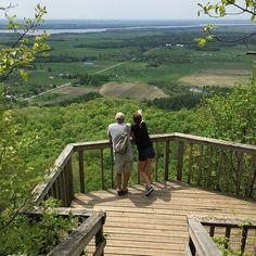 Two short n'easy trails in Gatineau Park, perfect for families! One has a gorgeous view, and the other has a waterfall.