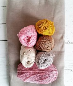 >> P R O J E C T S << Making plans for new projects, another linen dress and a matching crocheted shawl, 5Color shawl from @byclaire_ Hope my color choice beautiful turns out! #crochet#haken#hekle#virka#byclairepattern#byclairecotton#linen#linnen#merchantandmills #5kleurensjaal#crochetersofinstagram #sewing