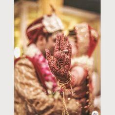 Beste Hochzeitsfotografie Indian Photo Ideas Henna 33 Ideas Best Wedding Photography Indian Photo Id Indian Wedding Couple Photography, Indian Wedding Photos, Wedding Couple Photos, Couple Photography Poses, Bride Photography, Photography Books, Photography Ideas, Indian Bridal, Wedding Couples