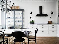 Trendy kitchen design black and white apartment therapy Ideas Beautiful Kitchen Designs, Beautiful Kitchens, Stylish Kitchen, New Kitchen, Kitchen Ideas, Apartment Kitchen, Kitchen Interior, White Apartment, Apartment Therapy