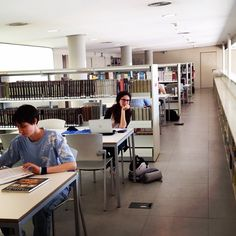 #itucomestudies a l'altell de la @biblioblanes ? Fotografieu-vos i poseu-la a l'instagram fins al 24 de juny, #concurs #biblioteques #bibliotequescat