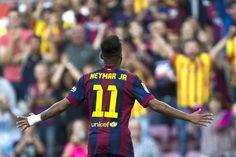 El delantero brasileño del Barcelona, Neymar, celebra tras conseguir el primer gol ante el Granada