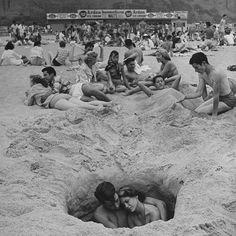 History in pictures on love fotografia blanco y negro, fotos Weird Pictures, Life Pictures, Life Images, Beach Photography, Couple Photography, Photography Ideas, Santa Monica, Photos Du, Old Photos