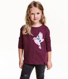 ¡Echa un vistazo! Camiseta de manga larga en punto de algodón con bordados de lentejuelas, aberturas laterales y espalda algo más larga. – Visita hm.com para ver más.
