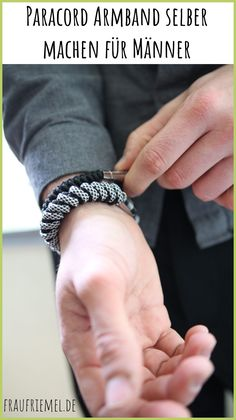 DIY Armbanden: Paracord Bracelet Braiding for Men with Simple Paracord An … - Valentinstag Geschenkideen - Color Photo - Diy Paracord Armband, Paracord Bracelets, Bracelets For Men, Diy Schmuck, Diy Photo, Jewelery, Rings For Men, Simple, Easy