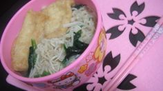 MSG-free instant brown rice ramen noodle with spring onions,onions,komatsuna greens,enoki mushrooms and 2 pieces of fried soy bean curd.化学調味料無添加の玄米ラーメンにネギ、タマネギ、小松菜、えのき、油揚げを2枚添えてみました。