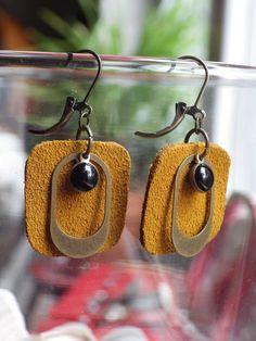 Boucles d'oreilles en daim ocre recyclé. Garniture et perle émaillée de la petite mercerie Perles à tout va. Création unique By LoCa