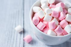 Marshmallows fatti in casa - caramelle morbide di zucchero.