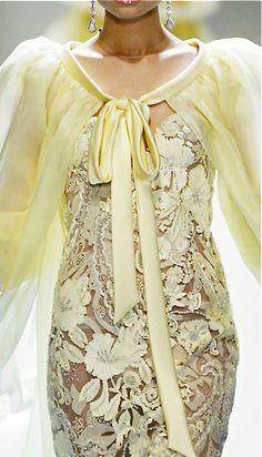Valentino (via ♥ mellow yellow ♥ / Valentino) Style Haute Couture, Couture Fashion, Runway Fashion, Womens Fashion, Couture Details, Valentino Garavani, Valentino Couture, Fashion Details, Love Fashion
