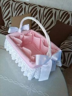 Diy Crafts - Canastilla (Pic only) Baby Baskets, Gift Baskets, Baby Crafts, Diy And Crafts, Baby Shawer, Baby Sewing Projects, Basket Decoration, Baby Dress, Baby Shower Gifts