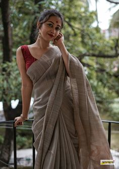 Orned with zari woven gold butas and motifs on palla. Jamdani weave is an 'extra-weft' technique of wea Cotton Saree Designs, Saree Blouse Designs, Indian Fashion Dresses, Dress Indian Style, Indian Wear, Fashion Outfits, Moda Indiana, Saree Poses, Sari Dress