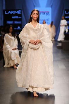 Best Trendy Outfits Part 16 Pakistani Bridal Wear, Pakistani Dress Design, Pakistani Outfits, Indian Outfits, Dress Indian Style, Indian Dresses, Indian Designer Suits, Indian Party Wear, Lehenga Designs