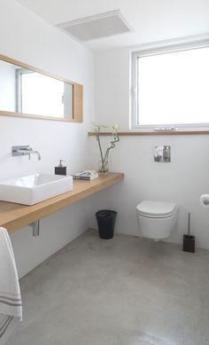 Baño simple, claro y cálido