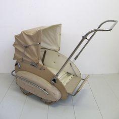 Kinderwagen Meyer Kinderwagen Helvetia Looks like a lawnmower/vacuum cleaner with a bed. Vintage Stroller, Vintage Pram, Pram Stroller, Baby Strollers, Prams And Pushchairs, Dolls Prams, Baby Buggy, Baby Prams, Baby Carriage