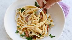 This easy pasta carbonara recipe is fool proof! Made with just a few simple everyday ingredients, there's no cream, and it takes just 15 minutes to make. Easy Pasta Carbonara Recipe, Easy Pasta Recipes, Healthy Recipes, Easy Meals For Two, Quick Easy Meals, Italian Dinner Recipes, Easy Party Food, Healthy Family Meals, How To Cook Pasta