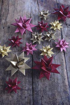 De här vikta pappersstjärnorna är en riktig klassiker när det kommer till julpyssel. Ser så delikata ut och passar till att hänga i julgranen, ha som dekoration hängandes på väggen, i julkransen...