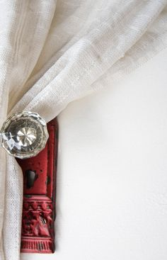Vintage glass door knob used as a curtain tie back - I would like these knobs on every door in the house too; reminds me of Grandma's house. Crystal Door Knobs, Glass Door Knobs, Old Door Knobs, Door Handles, Crystal Curtains, Red Curtains, Vintage Door Knobs, Ideas Para Organizar, Style Deco