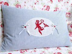 Blau+weiß+gestreifter+Kissenbezug+mit+rotem+Engel+von+Barosa+auf+DaWanda.com