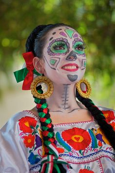 and Day of the Dead in Mexico. Halloween Kostüm, Halloween Costumes, Helloween Make Up, Sugar Skull Makeup, Sugar Skulls, Mexico Day Of The Dead, Day Of The Dead Party, Mexican Holiday, Dead Makeup