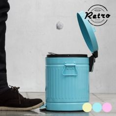 Magnifique poubelle à pédale d'un style rétro, cette poubelle trouvera une place dans votre cuisine, ou dans le cellier de votre maison.