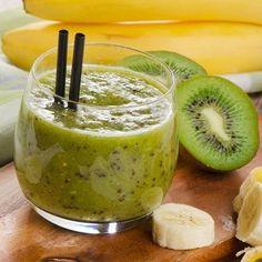 Smoothie mit Banane und Kiwi  Zutaten  1Banane 1Kiwi 250mlWasser