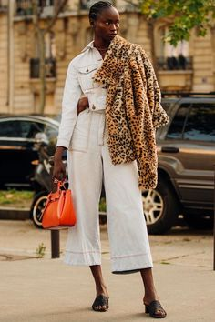 Jumpsuits are in for spring - Le Fashion shares an streetstyle outfit idea to try. Amy Jackson, Anna Wintour, Casual Street Style, Street Style Looks, Paws T Shirt, Leopard Print Coat, White Jumpsuit, Orange Bag, Overall