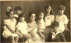 La mujer con mas hijos tuvo 69,Tuvo 27 embarazos, en esos embarazos tuvo 16 parejas de gemelos, 7 veces dio a luz trillizos, y en 4 ocasiones tuvo cuatrillizos. De los 69 consiguieron sobrevivir 67, que en esos tiempos era una gran hazaña.data del siglo XIX, fue una mujer rusa, la Señora Vassilet, que vivió entre 1816 y 1872. Fue la esposa de un campesino llamado Fyodor Vassilet y tenían una granja a 150 km de Moscu.