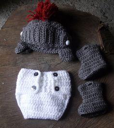Conjunto confeccionado em crochê. cores - cinza/branco/vermelho tamanhos RN/ 1 a 3 / 3 a 6 / 6 a 9 meses R$ 59,90