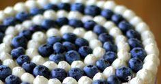 Tyttäremme nimipäiviä vietettiin taannoin, ja lupasin hänelle mustikkakakun aamiaispöytään. Hyydytetty mustikka-valkosuklaakakku on... Blueberry, Food And Drink, Fruit, Berry, Blueberries