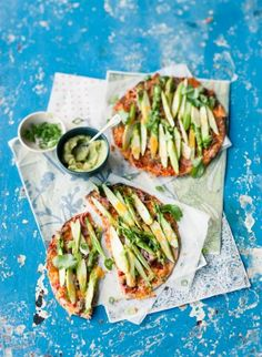 Rezept: Tortilla-Pizza mit grünem Spargel und Avocadomus